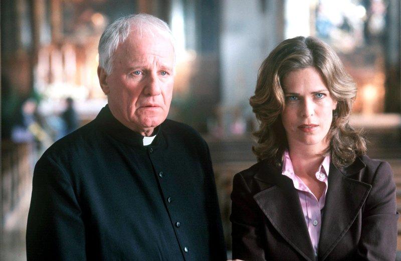 """In Murnau entbrennt nach dem Mord an einer Anwältin in der Kirche ein heftiger Streit: Ist es unmoralisch, dass der Pfarrer (Nikol Voigtländer, l.) durch das Beichtgeheimnis einen Mörder """"schützt""""? Anette (Ursula Buschhorn, r.) versucht dem verzweifelten Pfarrer als Bürgermeisterin beizustehen ... – Bild: Pro7/Sat1 / © Sat.1"""