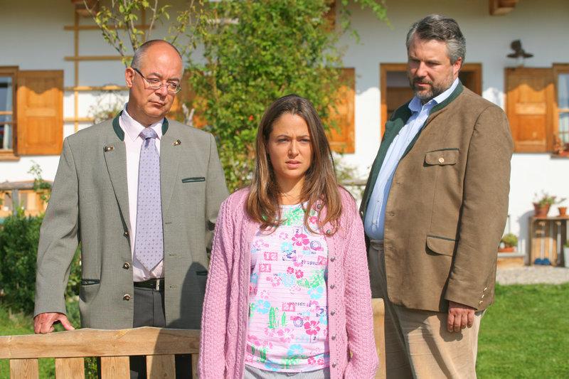 Die Schwester des Toten, Lara Corluka (Jennifer Newrkla, m.), gerät bei Achtziger (Alexander Duda, l.) und Stadler (Dieter Fischer, r.) unter Tatverdacht. – Bild: ZDF