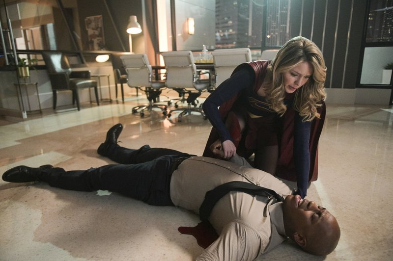 James (Mehcad Brooks, vorne); Kara alias Supergirl (Melissa Benoist, hinten) – Bild: 2018 The CW Network, LLC. All Rights Reserved. Lizenzbild frei