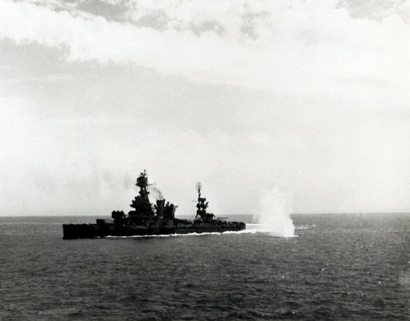 """Die """"USS Texas"""" ist das älteste Schlachtschiff der US Navy und ausgerüstet mit zehn schlagkräftigen 35,6 cm-Kalibern. Als erstes Kriegsschiff überhaupt wurde es mit Flugabwehrkanonen und einer analogen Feuerleitanlage bestückt und diente in den beiden Weltkriegen. – Bild: Lou Reda Productions, Inc. Lizenzbild frei"""