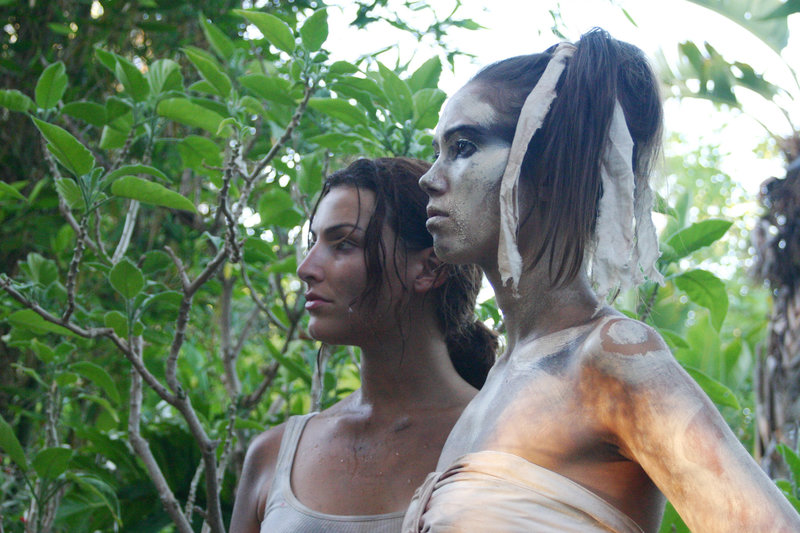 Rita Summerlee (Sarah Lieving) trifft im Dschungel auf die Eingebohrene Tianka (Boni Yanagisawa), die zu einem Kannibalenstamm gehört. – Bild: RRS