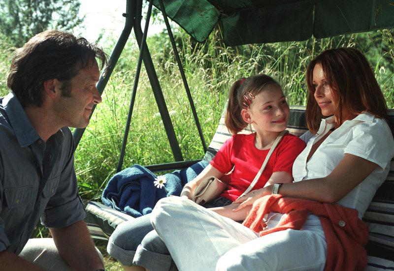 Klaus (Michael Roll) und seine Tochter Anna (Maria Ehrich, Mitte) besuchen die kranke Judith (Christina Plate). – Bild: HR/Degeto/Britta Krehl
