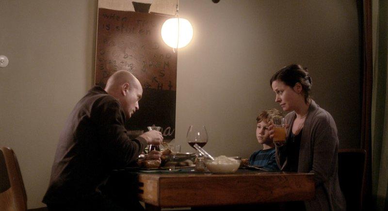 David (Christian Berkel), Simon (Leo Conzen) und Irina (Jule Ronstedt) beim Abendessen. – Bild: ZDF und Jutta Pohlmann