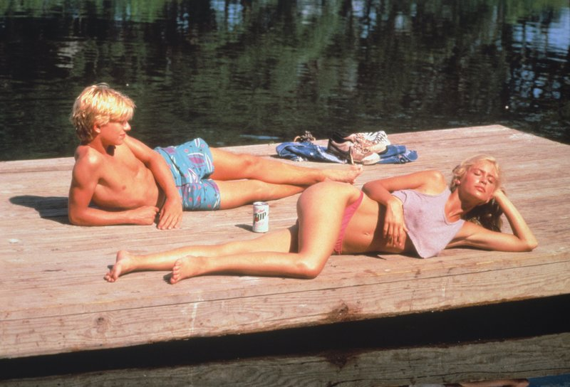 Binx (Christian Slater, l.); Billie Jean Davy (Helen Slater, r.) – Bild: 1985 TriStar Pictures, Inc. All Rights Reserved. Lizenzbild frei