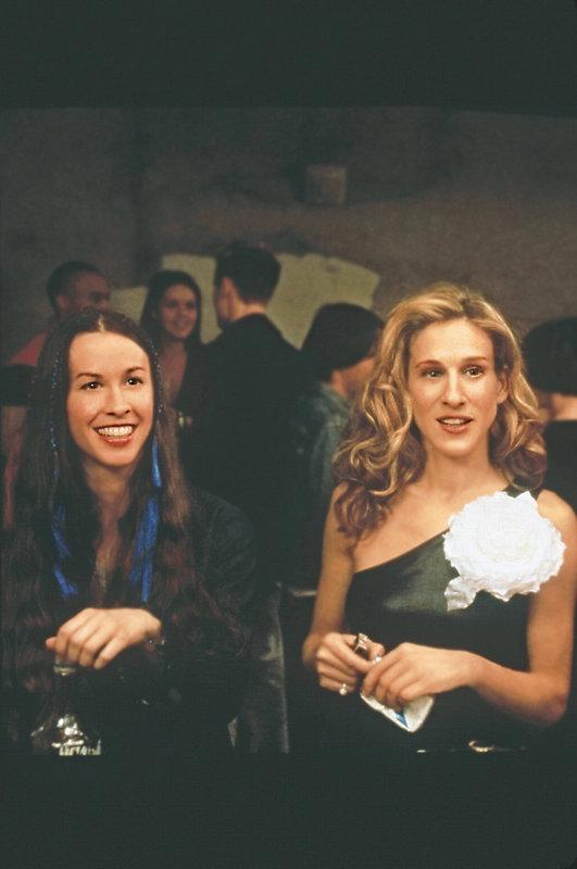 """Auf einer Party spielen die Kids von heute """"Flaschendrehen"""", und Carrie (Sarah Jessica Parker, r.) muss eine Frau namens Dawn (Alanis Morisette, l.) küssen. – Bild: sixx"""