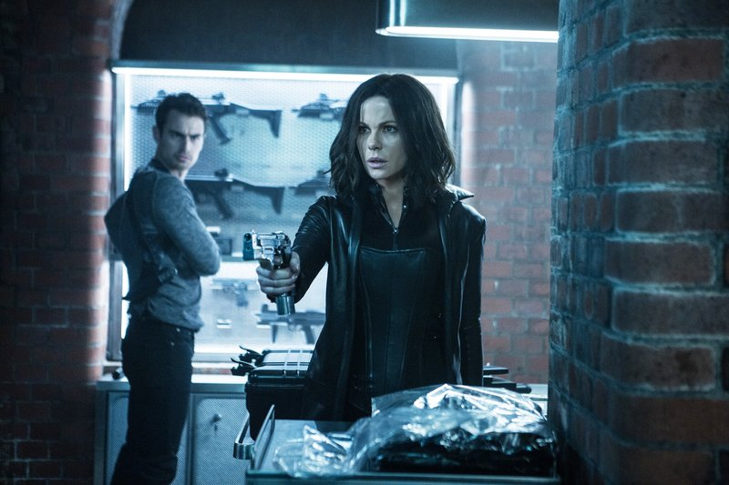 Selenes (Kate Beckinsale) Verbündeter David (Theo James) will ihr helfen, den Kampf zu beenden. – Bild: TVNOW / © 2017 Lakeshore E