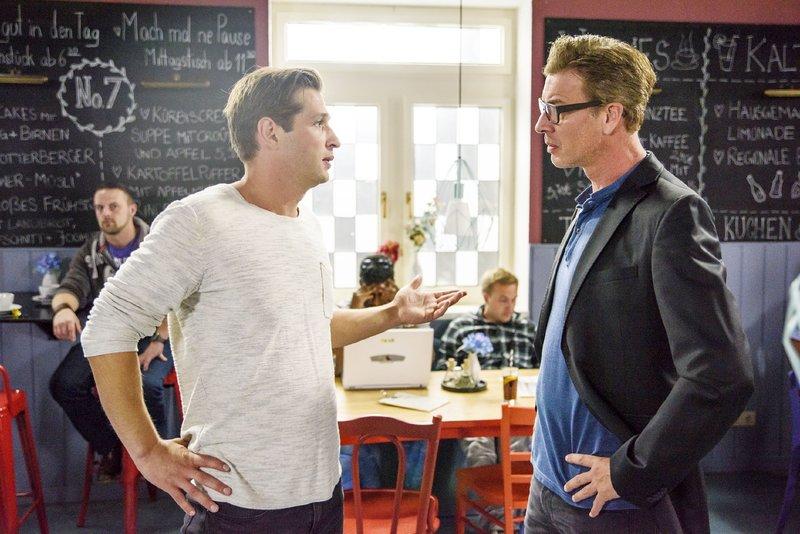 Deniz (Igor Dolgatschew, l.) spricht nach seinem Streit mit Vanessa mit Christoph (Lars Korten). – Bild: TVNOW / Julia Feldhagen