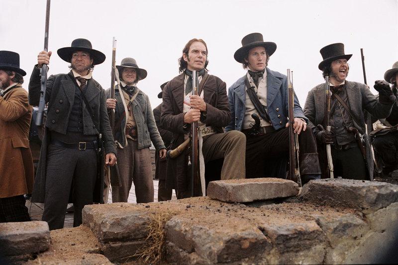Stehen einem mehrere tausend Mann starken mexikanischen Heer gegenüber und flüchten sich in den Schutz der Alamo-Mission, die sie von nun an als Fort nutzen: Davy Crockett (Billy Bob Thornton, M.) und William Travis (Patrick Wilson, 2.v.r.) ... – Bild: Servus TV