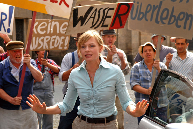 Martina Fechner (Susanna Simon, M.) versucht, die aufgebrachten Bauern zu beruhigen. Doch die Wasserknappheit wird zur Existenzbedrohung ... – Bild: Sat.1 Eigenproduktionsbild frei