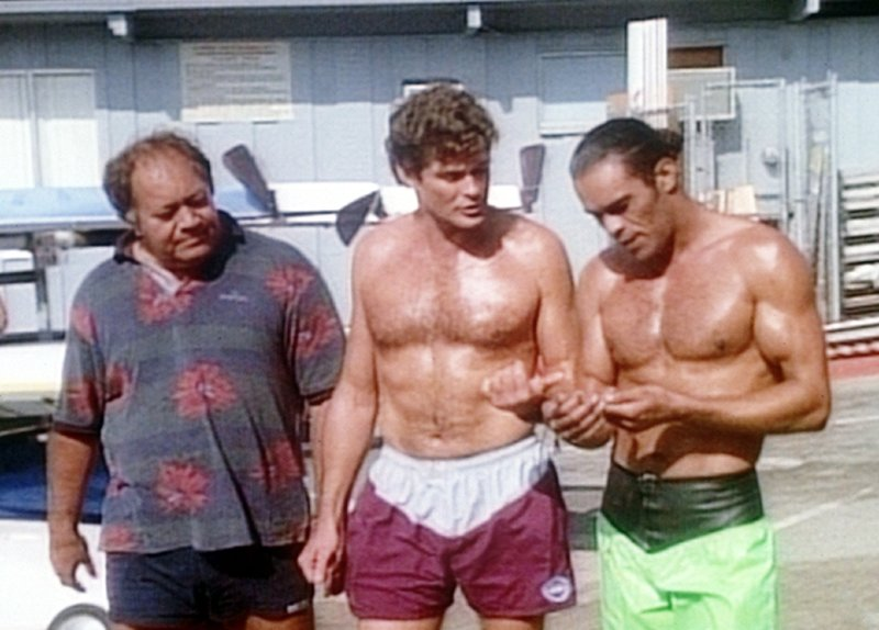 V.l.: Clarence (Manu Tupou), Mitch (David Hasselhoff), Sonny (Vincent Klyn) – Bild: Nitro.