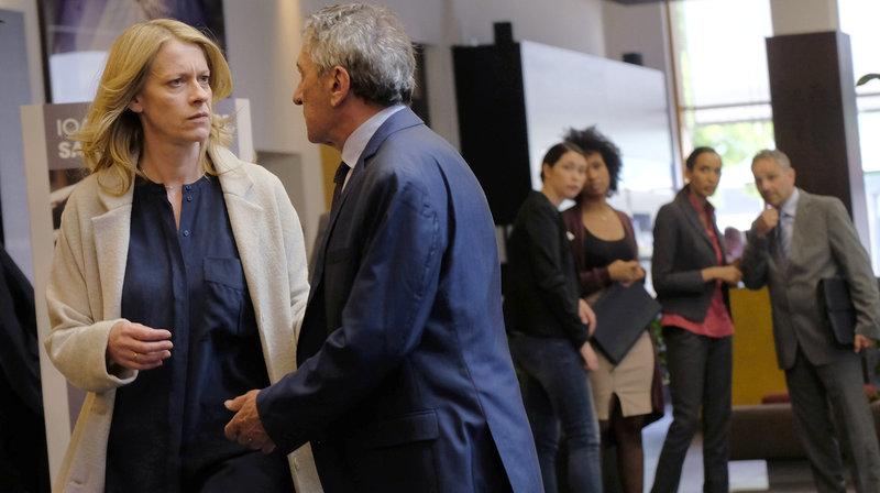 Schock für Claire (Caroline Peters, il.): Davids Chef Hagedorn (Rudolf Kowalski) hat eine schlechte Nachricht für sie. – Bild: ARD Degeto/Jacqueline Krause-Burberg