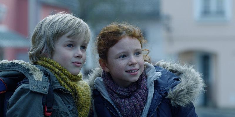 Ben (Noah Kraus) und Charlotte (Mercedes Jadea Diaz) werden Freunde, die fest zusammenhalten. – Bild: ZDF/Alexander Fischerkoesen