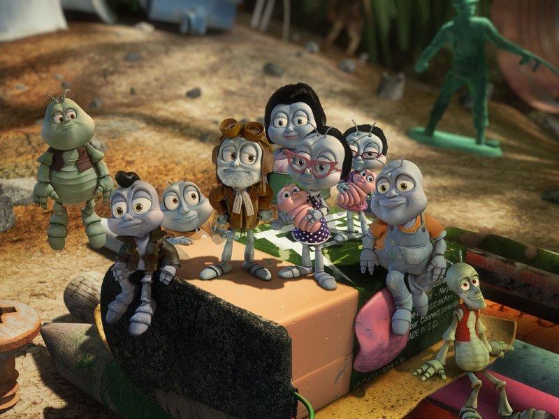 Während sich die Stubenfliegen Nat, Scooter und IQ auf die Reise zum Mond begeben, warten Familie und Freunde gespannt auf ihre Rückkehr. – Bild: SUPER RTL