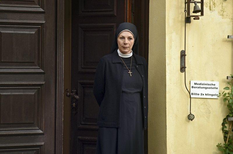 Mutter Oberin (Nina Hoger) sind die Aktivitäten von Schwester Agnes und Stolpe ein Dorn im Auge. – Bild: ARD/Barbara Bauriedl