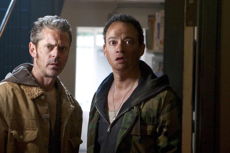 George (C. Thomas Howell) und Pete (Christopher Reid,r.) sind der Tripode entkommen und landen in einer ihnen unbekannten Stadt. – Bild: RRS