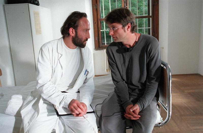 Psychiater (Karl Markovics), Thomas Reiter (Alfred Dorfer). – Bild: ORF