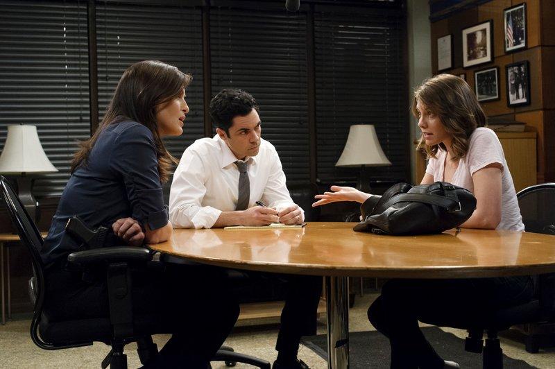 Avery (Lauren Cohan, r.) wurde von ihrem Kameramann vergewaltigt. Als sie die Ermittler der SVU, Olivia Benson (Mariska Hargitay) und Nick Amaro (Danny Pino), aufsucht, ahnt sie nicht, welch verheerende Ausmaße der Fall annehmen wird. – Bild: VOX / Universal