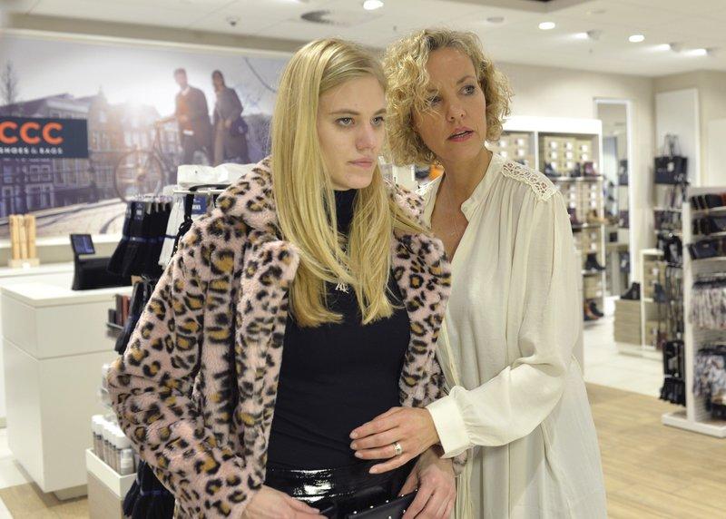 Larissa Marolt mit ihrer Shoppingbegleitung Melanie Wiegmann (r.) – Bild: TVNOW / pa / Horst Bernhar