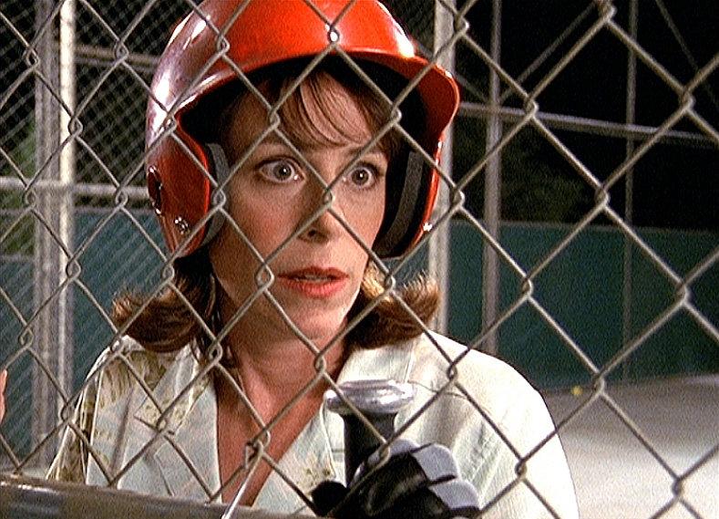 Lois (Jane Kaczmarek) sitzt in einem Baseball-Übungskäfig fest. – Bild: ORF eins