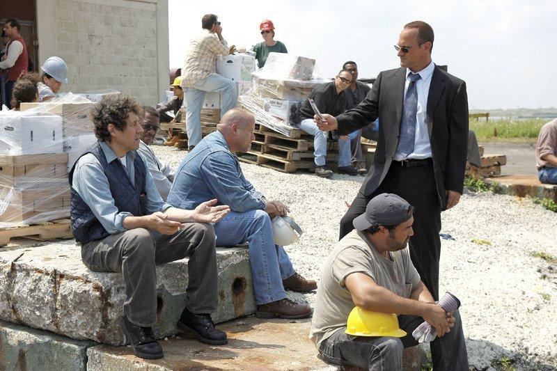 Det. Stabler (Christopher Meloni, r.) befragt Hafenarbeiter - unter anderem Callum Donovan (Stephen Rea, l.) nach einer vermissten Frau. Diese soll angbelich von einem Hafenarbeiter entführt worden sein. – Bild: VOX / NBC Universal