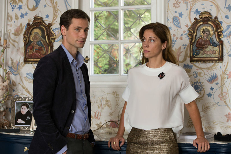 Timo (Florian Stetter) versucht, mithilfe von Rita Weilinger (Ulrike C. Tscharre) herauszufinden, warum Sisi entführt wurde. – Bild: BR/Julia von Vietinghoff