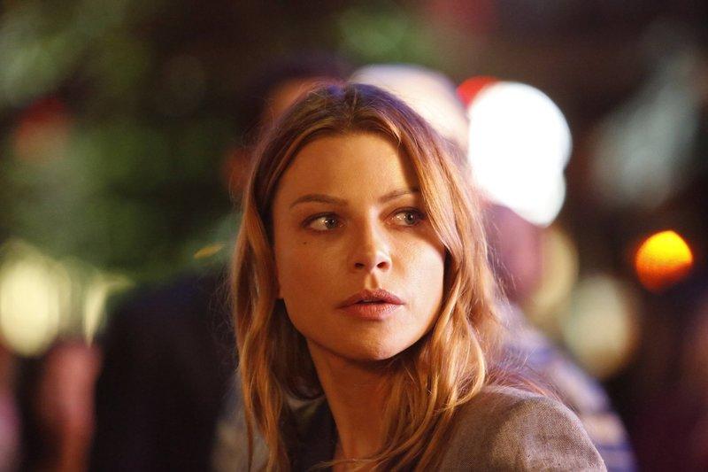 Chloe (Lauren German) stellt Nachforschungen über Lucifer an und muss sich schließlich eingestehen, dass wirklich alles darauf hindeutet, dass er kein normaler Mann ist ... – Bild: 2016 Warner Brothers Lizenzbild frei
