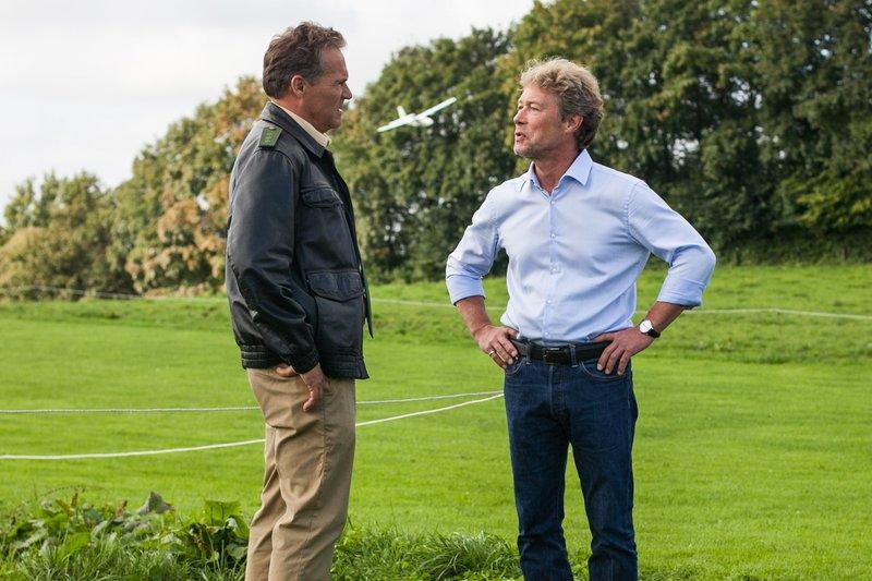 Hubert (Christian Tramitz, links) befragt den Geschäftspartner des Toten Gustav Giebel (Hans Heller) zu den Bauplänen auf dem USB-Stick. – Bild: Seznam.cz