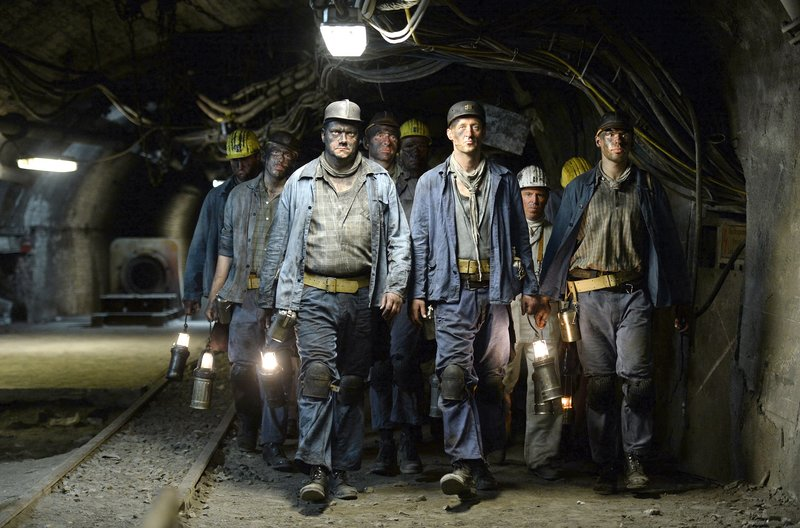 Waller Collien (Charly Hübner, vorne li.) und die anderen Bergarbeiter schuften unter Tage. – Bild: WDR/Willi Weber