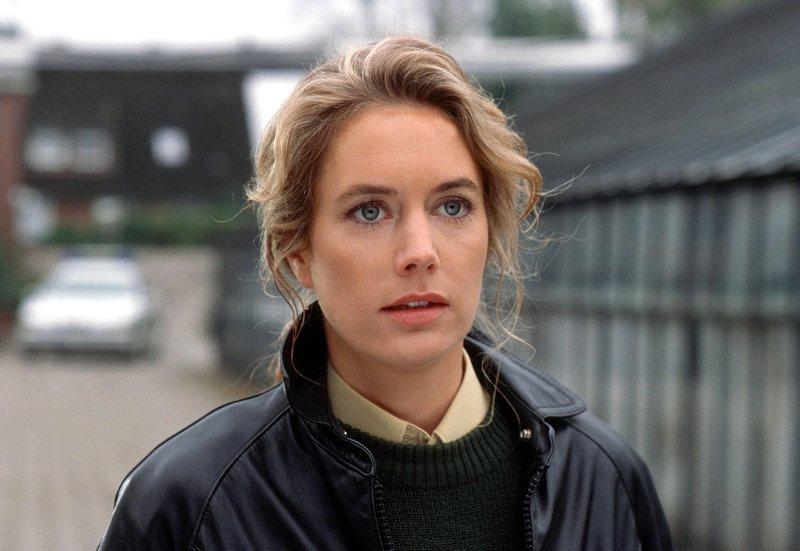"""Die Ermittlungen im """"Rosenkrieg"""" führen Anna (Dorothea Schenck) in ein Gewächshaus. – Bild: NDR/ARD/Thorsten Jander"""