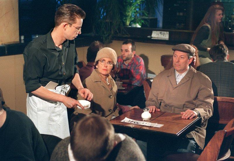 Hilde (Alice Hoffmann) und Heinz (Gerd Dudenhöffer) gönnen sich einen Kinoabend. Reichlich nervig für alle, die das Pech haben, in ihrer Nähe zu sitzen. Anschließend besuchen sie Sohn Stefan (Gregor Weber, links), der in einem Bistro jobbt. Für ihn wird der Auftritt der Eltern zum Alptraum. – Bild: SWR/WDR/Hajo Hohl