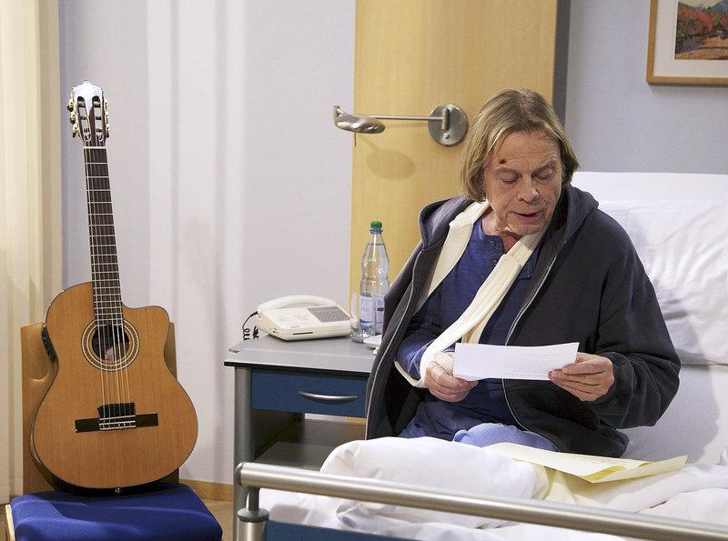 Während sein Fan Brigitte Kiesert notoperiert werden muss, bleibt Tom Peters (Volker Lechtenbrink) betroffen in seinem Krankenzimmer zurück. Ihm fällt ihr Songtext ein, den Brigitte extra für ihn geschrieben hat. – Bild: MDR/MDR/Wernicke
