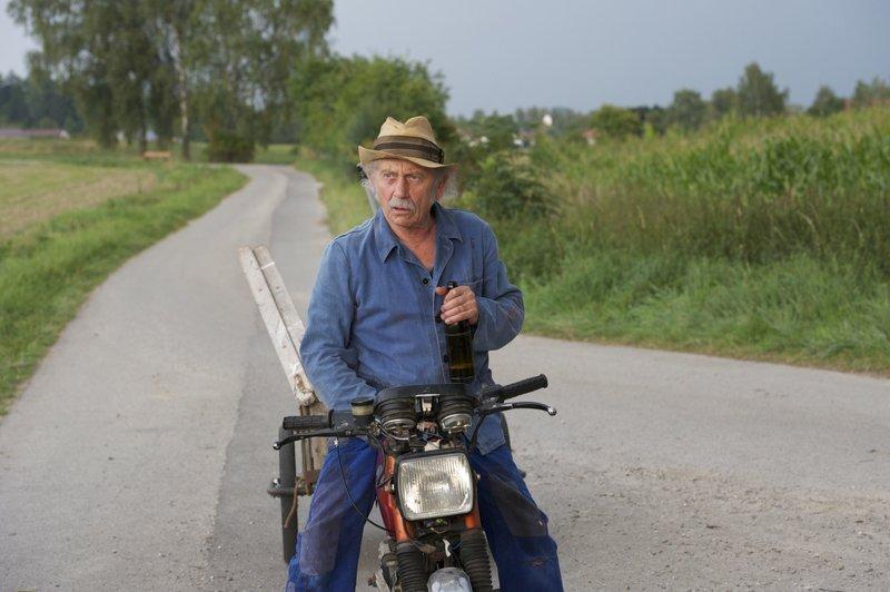Bauer Ferdl (Tilo Prückner) nimmt das Leben gelassen. – Bild: BR/Jürgen Olczyk