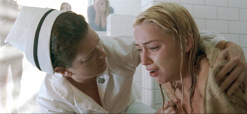 Nach einem furchtbaren Erlebnis in der Dusche wird Kristen (Amber Heard, re.) von einer Schwester getröstet.. – Bild: RTL II