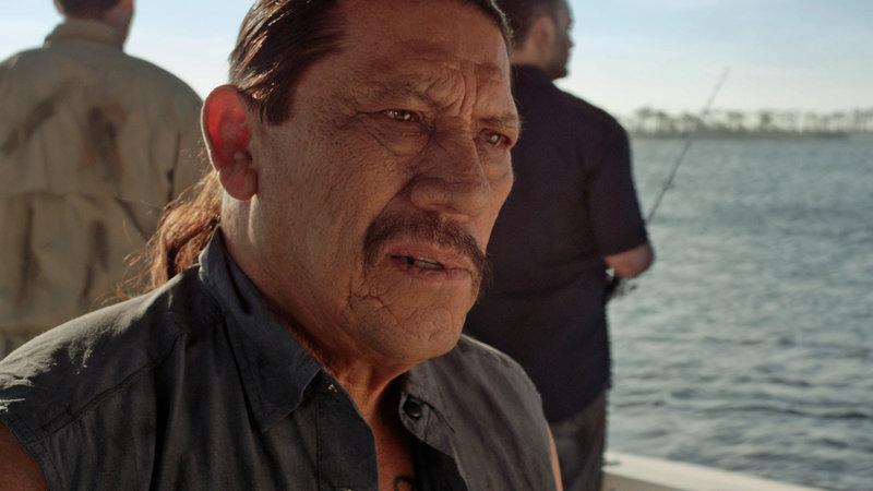 Wildjäger Max Burns (Danny Trejo) und seine Crew sollen das dreiköpfige Ungetüm erlegen. – Bild: RRS
