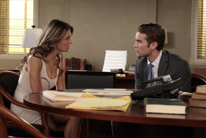 Keine leichte Aufgabe: Nate (Chace Crawford, r.) muss sich entscheiden ob er Diana (Elizabeth Hurley, l.) hilft, seine Freunde auszuspionieren ... – Bild: Warner Bros. Television Lizenzbild frei