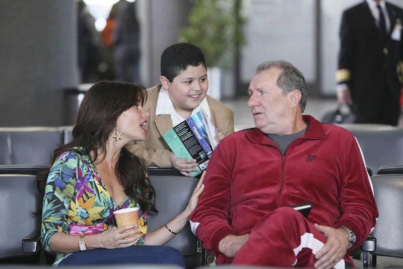 Am Flughafen folgt für Jay (Ed O'Neill, re.) die 'böse' Überraschung: Neben Manny (Rico Rodriguez) wird die komplette Familie Gloria (Sofia Vergara) und Jay nach Hawaii begleiten, nachdem Gloria ihnen 'großzügig' die Tickets gezahlt hat - von Jays Geld. – Bild: MG RTL D / FOX