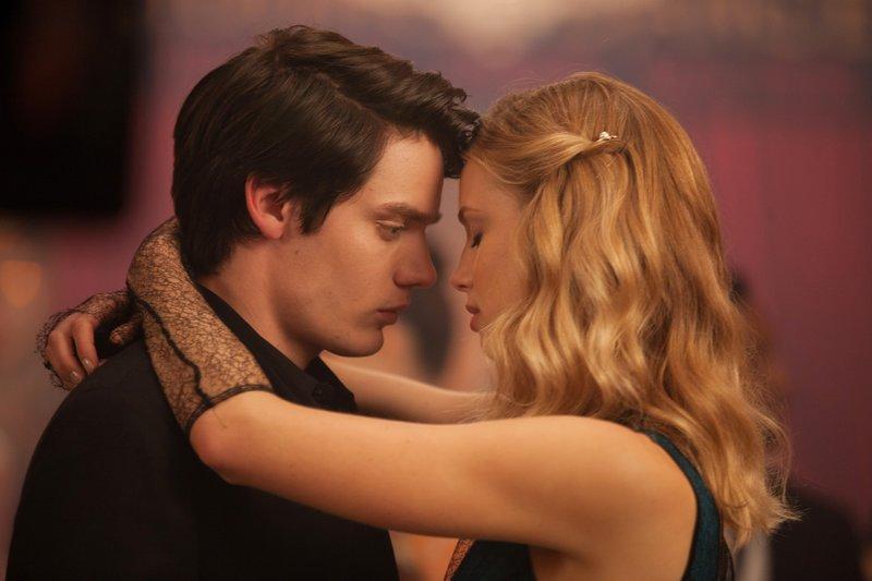Als Lissa (Lucy Fry) nach ihrer Rückkehr an die Academy feststellen muss, dass sie aus der Riege der Beliebten verbannt wurde, freundet sie sich mit dem Außenseiter Christian (Dominic Sherwood) an und kommt ihm schon bald näher. – Bild: RTL