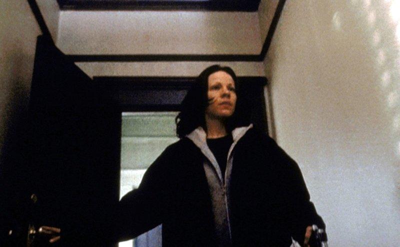 Die blinde Marty (Lili Taylor) bereitet sich darauf vor, dem Mörder ihrer Mutter gegenüberzutreten ... – Bild: TM + © 2000 Twentieth Century Fox Film Corporation. All Rights Reserved. Lizenzbild frei