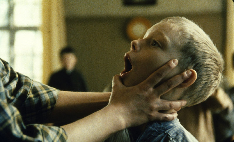 Ole (Harald Lönnbro) zeigt der Lehrerin voller Stolz seinen Wackelzahn. – Bild: ZDF
