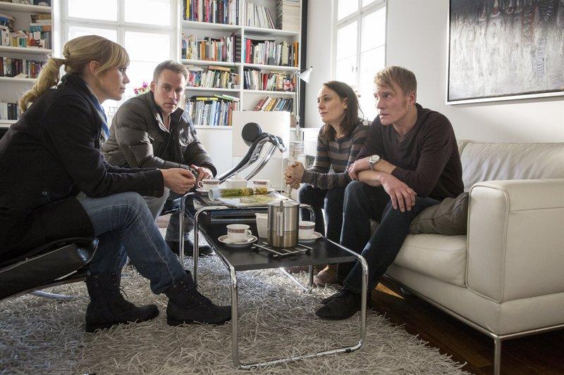 Ina Zimmermann (Melanie Marschke) und Jan Maybach (Marco Girnth) haben eine traurige Nachricht für die Eltern des toten Mädchens, Ella (Daniela Holtz) und Sven Hölzer (Oli Bigalke). – Bild: ZDF und Andreas Wünschirs