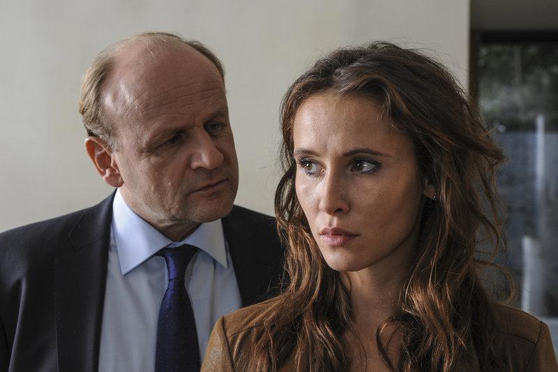 Stecken Hartig (Oliver Stokowski, l.) und Jessica (Peri Baumeister, r.) unter einer Decke? – Bild: ZDF und Michael Marhoffer