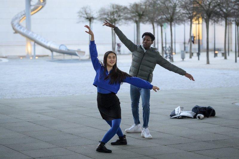 Philipp Fankhauser (Sidney Holtfreter) und Honoka (Julia Strowski) tanzen spontan zusammen. – Bild: TVNOW / Martin Rottenkolbe