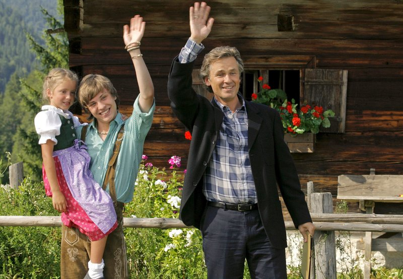 Karl (Timothy Peach) hat einen neuen Job gefunden und kann seinen beiden Kindern Isi (Pauline Brede) und Heiko (Jannik Schürmann) eine Zukunft bieten. – Bild: hr-fernsehen