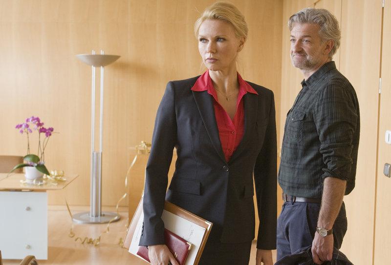 Therapeut Christian ( Dominic Raacke, re.) bei Standesbeamtin Ellen ( Veronica Ferres, li.). Und nun? – Bild: ZDF und Erika Hauri