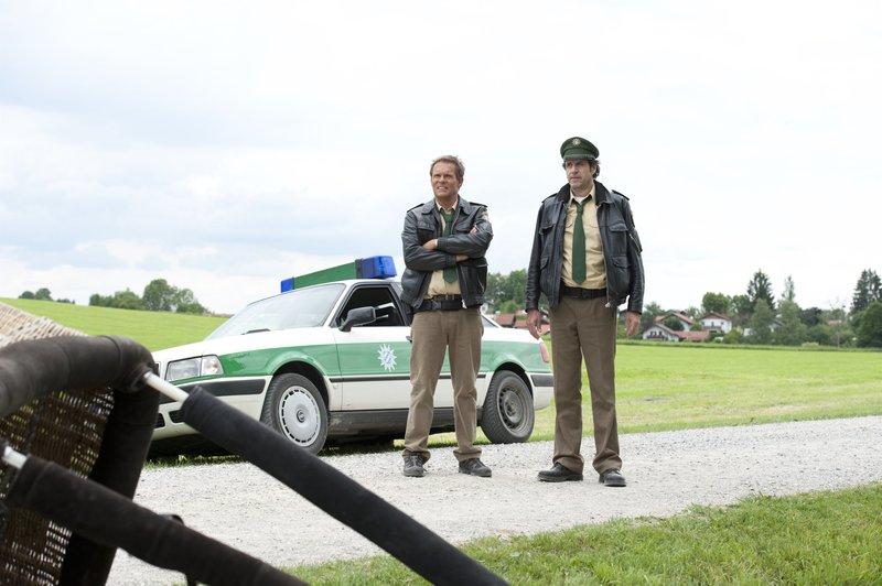 L-R: Hubert (Christian Tramitz) und Staller (Helmfried von Lüttichau) ermitteln wieder auf Hochtouren. – Bild: TMG / Katrin Krammer