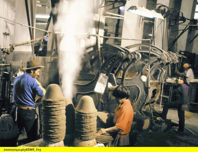 Arbeit in einer alten Hutfabrik. – Bild: BR/SWR