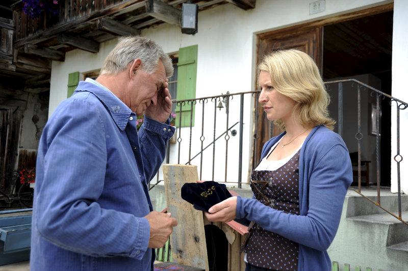 Emilie (Stefanie von Poser, r.) hat ein geheimnisvolles Samtsäckchen gefunden. Franz (Heinz Marecek, l.) versucht, das Geheimnis darum für sich zu behalten. – Bild: Heimatkanal