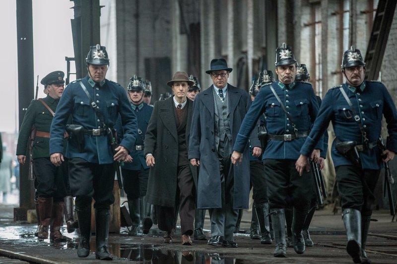 Der Regierungsrat der Polizei August Benda (Matthias Brandt, Mitte) und Sebald (Hendrik Heutmann) rücken mit der Polizei an. – Bild: ORF eins