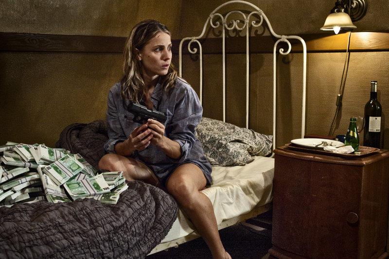 Ida (Tuva Novotny) hat zunächst einmal keine Ahnung, wie sie an die Tasche mit der Waffe und dem vielen Geld gekommen ist. – Bild: ZDF und Henrik Ohsten