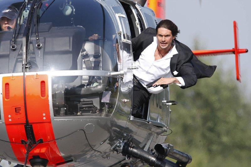 Ben (Tom Beck) und Semir versuchen aus der Luft Bens gekidnappte Schwester aus dem Wagen ihres Entführers zu retten... – Bild: RTL Nitro